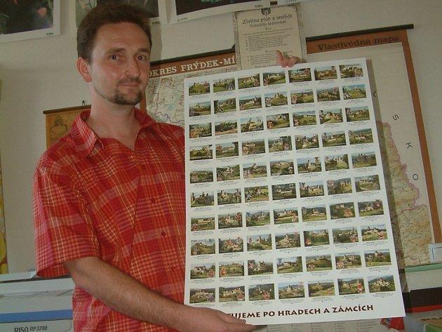 Nakladatel Radim Mohyla ukazuje plakát s pohlednicemi historických sídel, které vydalo nakladatelství Beatris.