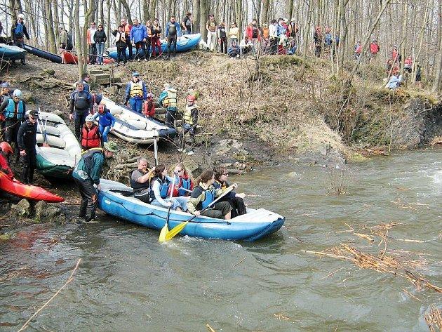 O víkendu 4. a 5. dubna 2009 proběhl 9. ročník dubnového sjezdu řeky Ostravice. Tuto mimořádnou vodáckou událost si nenechalo ujít 1 375 platících účastníků z celé České republiky, Slovenska a Polska.