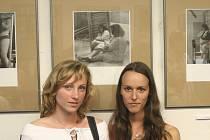 Studentky Markéta Petrovská z Kunčic pod Ondřejníkem (vlevo) a Veronika Klepáčová z Čeladné před svými fotografiemi.