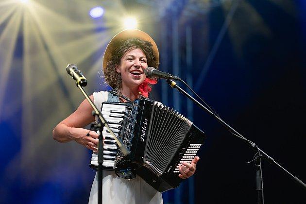 Koncertování a kontakt spublikem mi chybí a přiznávám, že už mám absťák, říká písničkářka Kaczi.