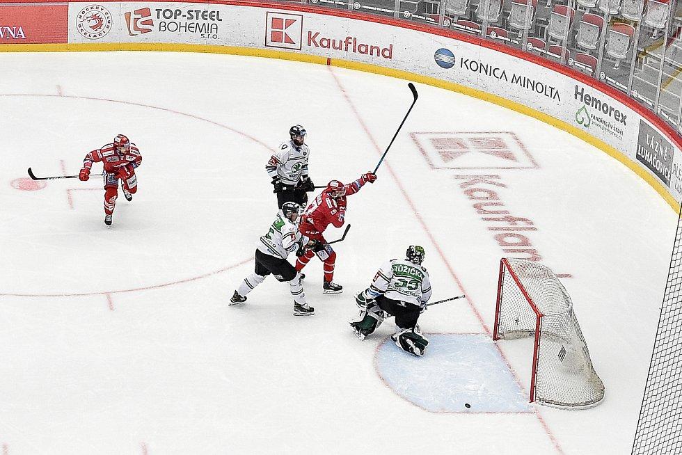 Semifinále play off hokejové Tipsport extraligy - 5. zápas: HC Oceláři Třinec - BK Mladá Boleslav, 11. dubna 2021 v Třinci. (střed) Martin Růžička z Třince dává gól.