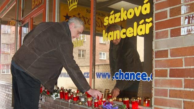 Po brutální vraždě ženy v sázkové kanceláři Chance ve Frýdku pokládali u provozovny lidé, kteří dotyčnou znali, květy - a zapalovali svíčky.