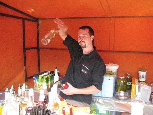 Barman Milan Tomiczek předváděl své umění během nýdeckého Bierfestu. Muž z Milíkova se svému koníčku věnuje už osm let.