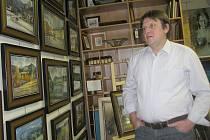 Galerista Vít Rumian u expozice Jana Odvárky