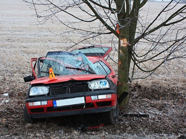 Ve čtvrtek 28. února krátce po páté hodině ranní v obci Žermanice ve směru na Bruzovice došlo k dopravní nehodě. Pětatřicetiletý řidič vozidla VW Golf dostal na zledovatělé vozovce smyk a s automobilem narazil do stromu.