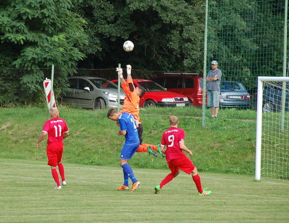 Dobratickým fotbalistům (modré dresy) úvodní zápas podzimní sezony vyšel na jedničku, když před domácími fanoušky porazili Brušperk 3:0.