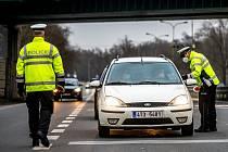 Formulář pro opuštění okresů je nezbytný, při kontrole ho vyžaduje policie.