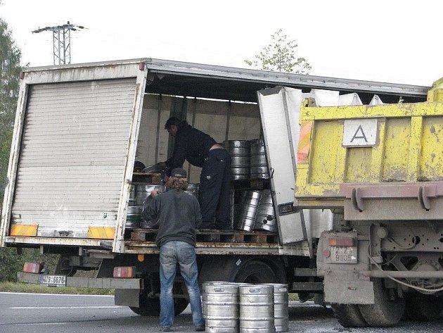 Pivní sudy vyklopil nákladní vůz při srážce s tatrovkou během dopravní nehody v pondělí 26. října dopoledne na křižovatce v Dobré.