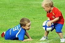 Palkovice fotbalem žijí. Snímek pochází z pauzy jednoho mistrovského utkání