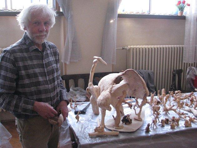 Josef Kozel při nedávné akci v Lidovém domě. Skaličan se pochlubil ukázkou větších samorostů i ,drobotin´, které objevil v lese a zpracoval do umělecké podoby.