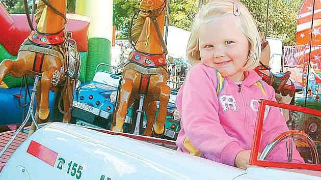 Tříapůlletá Lucinka Míčková z Bašky se na dětském kolotoči svezla v záchranářském autíčku ambulance. Hned ale maminku přemlouvala, že by si ještě ráda zajezdila na koníkovi. Prý se toho kolotočového nebojí, protože občas jezdívá i na živých.