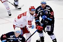 Tomáš Marcinko (v bílém) byl proti Plzni jediným třineckým střelcem, a  to na bodový úspěch pochopitelně nestačilo.