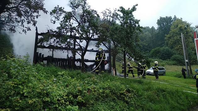 Snímek ze zásahu hasičů u požáru ve Vyšních Lhotách.