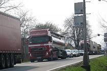 Přetížený hlavní tah v třinecké lokalitě Kamionka. ŘSD chce novou silnici mezi Oldřichovicemi a Bystřicí stavět už na podzim 2011, což je ale velmi optimistická varianta.