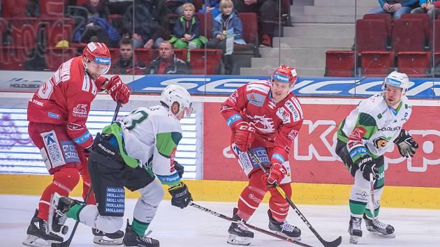 Oceláři (v červeném) uspěli na ledě Karlových Varů a drží druhé místo.