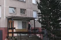 Muž vchází do domu, který je ve vlastnictví města Jablunkova. I zde budou současným nájemníkům nabídnuty byty ke koupi.