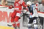 Utkání 2. kola hokejové extraligy: HC Oceláři Třinec - HC Plzeň (10. září 2017), vlevo Martin Adamský a Petr Kadlec.