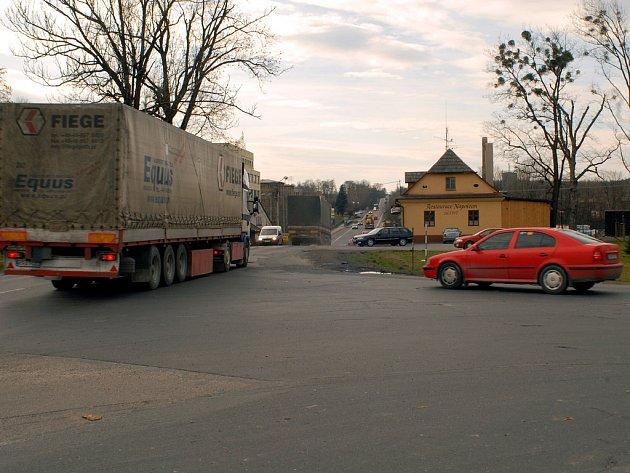 Tragédie se odehrála jen pár metrů od této křižovatky. Vpravo budova restaurace Napoleon v Oldřichovicích.