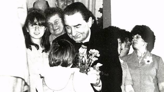 Závěr koncertu pořádaného v Bašce u příležitosti 75. narozenin českého pěvce Eduarda Hakena v květnu 1985.