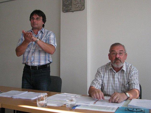 Místostarosta Frýdlantu nad Ostravicí Bohumil Dolanský (vlevo) a starosta města Jiří Mořkovský zastupitelům přinesli nepříjemnou zprávu: další investor se vzdal možnosti výstavby bytového domu.