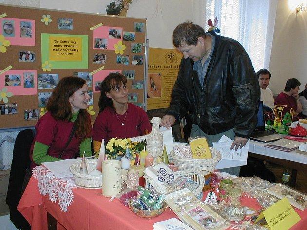 Sociální pracovnice frýdecko–místecké pobočky organizace Náš svět v Pržně na Den sociálních služeb přivezly ukázat mnoho půvabných výrobků, které vyrobili postižení lidé.