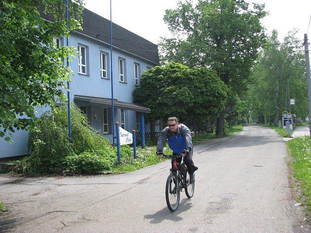 Lokalita, ve které se začne na jaře 2011 stavět železniční zastávka v Třinci-Lyžbicích. Naproti bývalému hotelu Slovan současně vznikne podjezd Via Lyžbice.