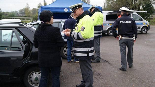 """Policisté při akci v rámci projektu Preventivně informační skupiny Frýdek-Místek """"Rychlost a alkohol zabíjí"""" zkontrolovali na 150 řidičů."""