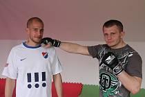 Sourozenci Vašendovi oba sportují. Starší Radek (vpravo) se po ledním hokeji věnuje bojovému sportu MMA, mladšího Dalibora mají sportovní fanoušci možnost vidět na prvoligových trávnících v dresu ostravského Baníku.
