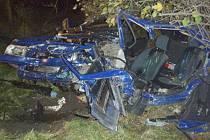 Snímky z dopravní nehody v Bašce, při které zahynuli dva lidé.