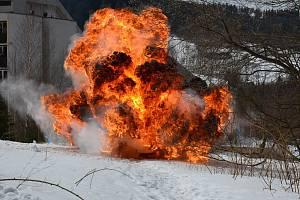 Snímek z názorné ukázky výbuchů vybraných výbušných vzorků.