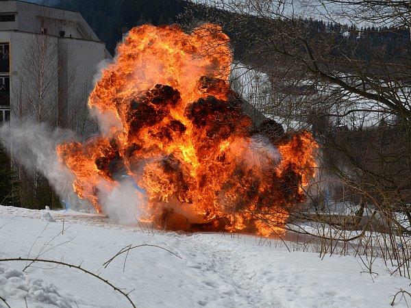 Anímek znázorné ukázky výbuchů vybraných výbušných vzorků.