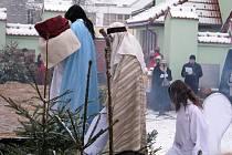 Již podvanácté se lidé z Frýdlantu nad Ostravicí a blízkého okolí sešli na 2. svátek vánoční v podvečer na místním náměstí, aby spatřili příběh o narození Ježíše.