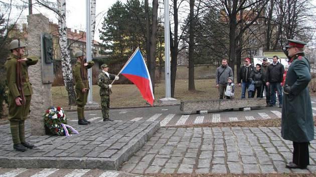 U památníku příslušníků 8. pěšího pluku se v sobotu sešli účastníci pietního setkání, aby si připomenuli hrdinství československých vojáků z posádky Czajánkových kasáren.