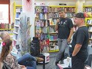 Knihkupectví Kapitola, které se nachází poblíž náměstí Svobody ve Frýdku-Místku, navštívil v pátek 30. září svérázný bloger, fotograf, cestovatel a spisovatel Ladislav Větvička z Ostravy.
