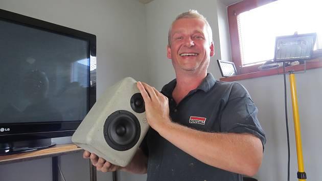Marek Bilko s betonovým reproduktorem.