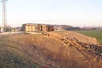 Dvě jednotky profesionálních hasičů zasahovaly v pátek 7. března ráno ve Sviadnově u dopravní nehody nákladního automobilu Volvo, vezoucího klády na nedalekou pilu.
