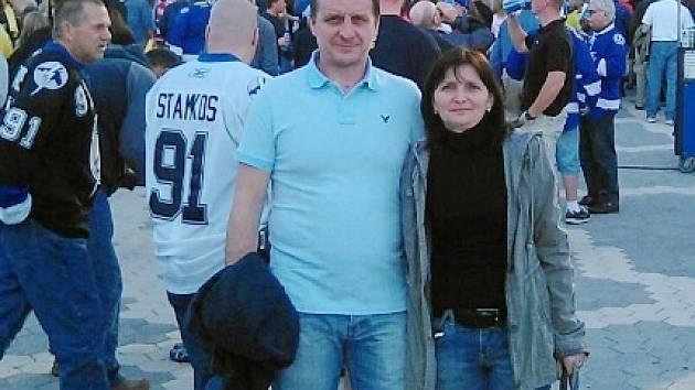 Hana Palátová s manželem před utkáním NHL.