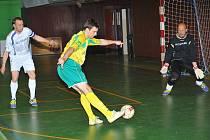 Třinečtí futsalisté rozdrtili ve třetím utkání play off  Agromeli Brno vysoko 10:0. Na snímku domácí Lukáš Stoszek střílí na branku soupeře.