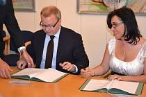 Ministr životního prostředí Tomáš Chalupa a starostka Věra Palkovská právě podepisují memorandum, které má vést ke zlepšení ovzduší ve městě.