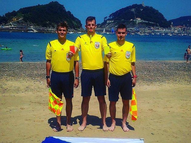 Mladí fotbaloví sudí Erik Tvardek, Petr Laštuvka a Ondřej Boráň (stojí zleva) získávali zkušenosti ve španělském San Sebastianu.