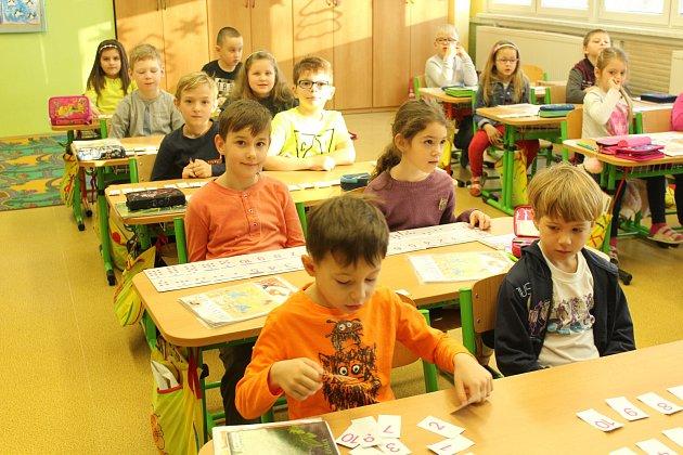 Na snímcích jsou prvňáčci zJubilejní Masarykovy základní školy vSedlištích. Třídní učitelkou je Lucie Jakobi.