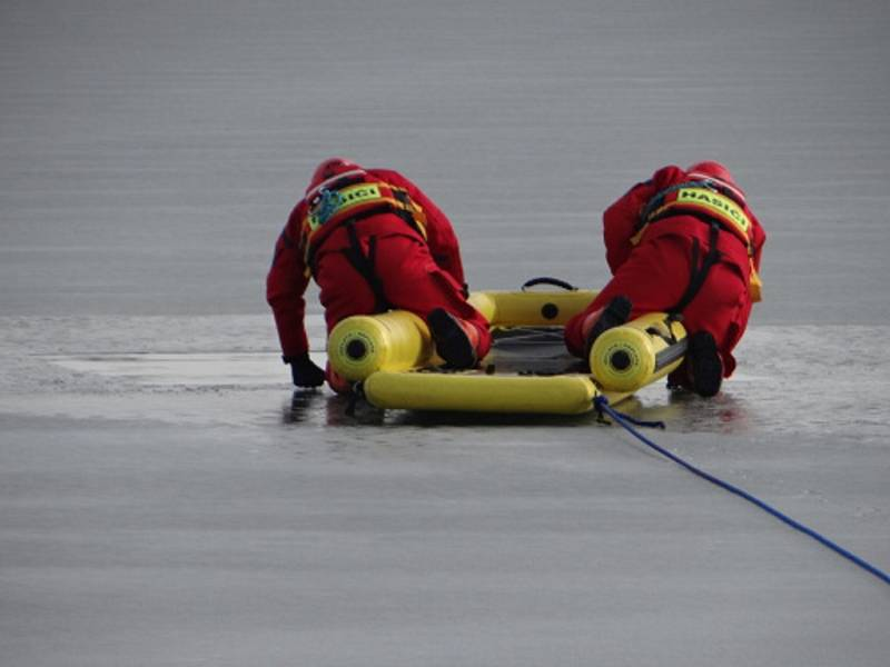 Výcvik záchranných prací na zamrzlé hladině.