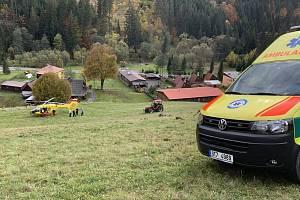 Záchranáři vyjeli ke zraněnému traktoristovi.