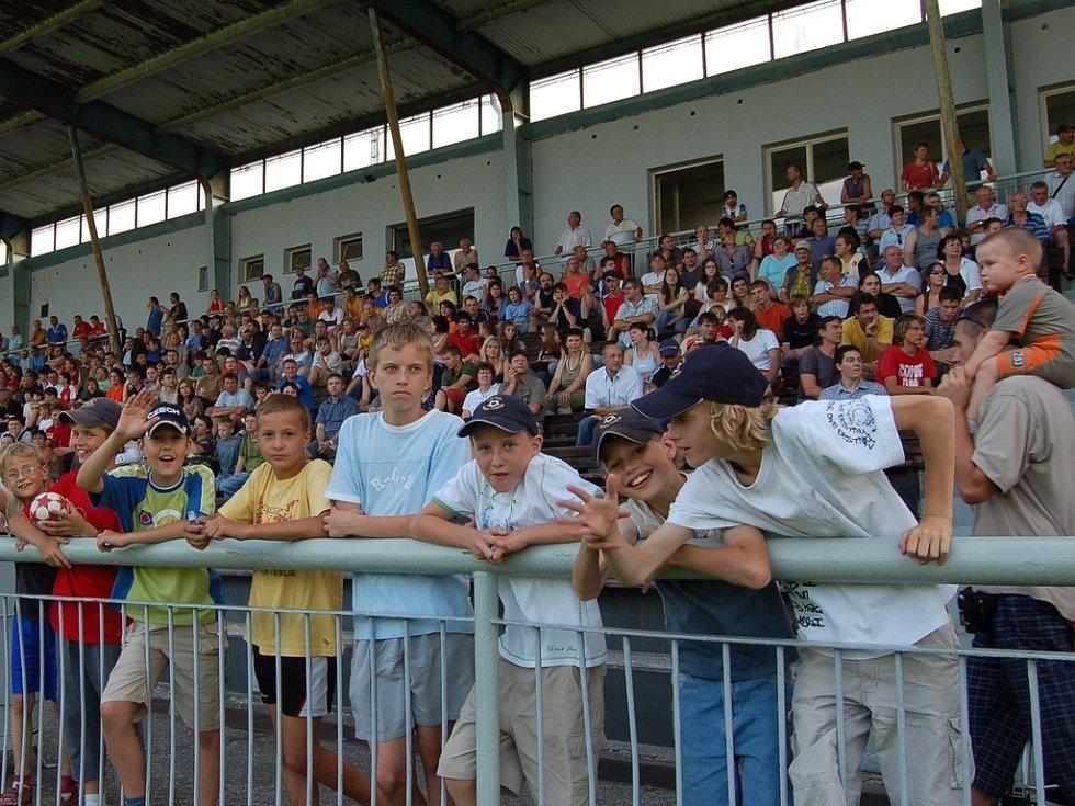 Diváci fotbalové exhibice.