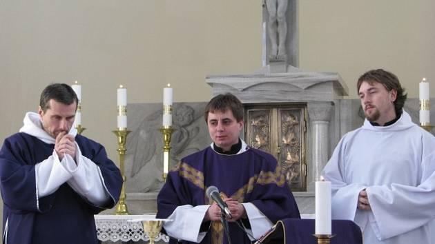 Otec Radek Drobisz (na snímku uprostřed) slouží mši v Bašce. Při kázáních mu pomáhá jáhen Pavel Ramík (vlevo) a vpravo je  misalista Jiří Kozel.