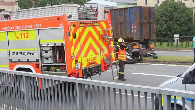 Nehoda zablokovala silnici I/48. Zasahoval i vrtulník.