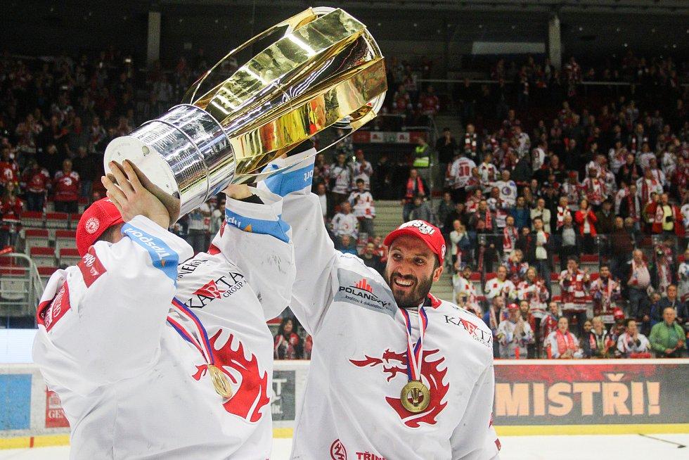 Finále play off hokejové extraligy - 6. zápas HC Oceláři Třinec - Bílí Tygři Liberec, 28. dubna 2019 v Třinci. Na snímku (vpravo) brankář Třince Šimon Hrubec.
