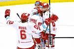 Třinečtí hokejisté (v bílém) v sedmém semifinále proti Plzni.