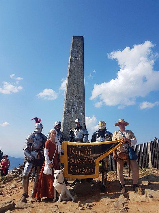 Čtyři členové skupiny Rytíři svatého grálu zdolali Lysou horu.