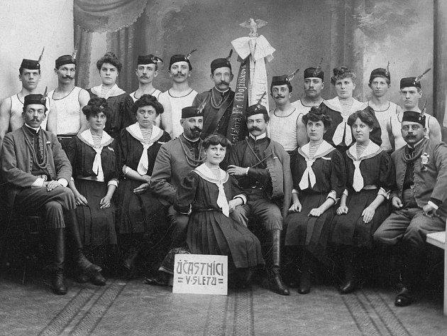 Místečtí účastníci sokolského sletu v roce 1907.